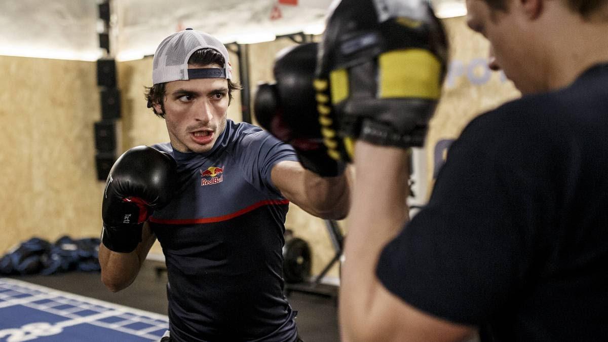 Carlos Sainz practicando boxeo en su entrenamiento.